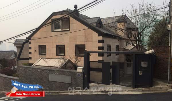 Căn nhà màu nâu này là của vợ chồng Kim Tae Hee và Bi Rain đấy.